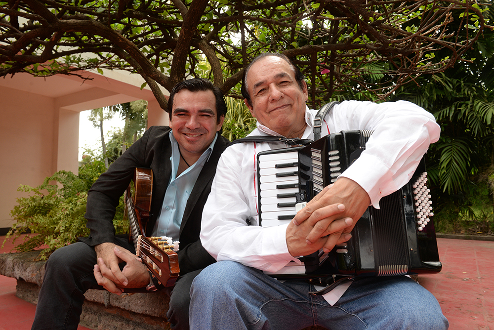 Juan Solórzano junto al cantautor Carlos Mejía Godoy. LAPRENSA/Maynor Valenzuela