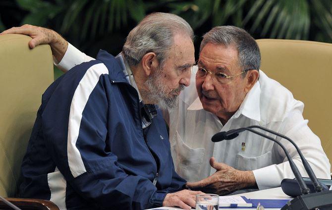 Fidel Castro y su hermano Raúl. LA PRENSA/ AFP