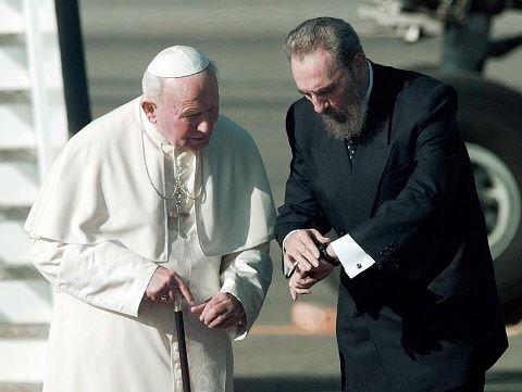 Foto captada el 20 de enero de 1998. Fidel Castro junto al Papa Juan Pablo II. LA PRENSA/ AFP