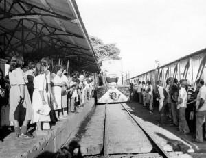 Llegada del Tren a la estación de Managua. La gente espera para abordarlo. 28 de febrero de 1981. LA PRENSA/Archivo