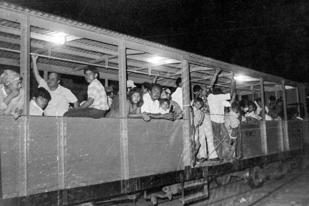 """Ferrocarril de Managua hacia Corinto. Las llamadas """"góndolas"""" eran vagones para personas de tercera clase. Estas no tenían asientos y algunas ni siquiera tenían techo. LAPRENSA/Archivo."""