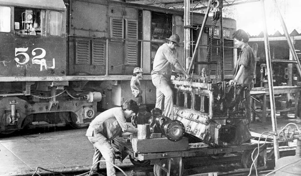 Trabajadores de mantenimiento del ferrocarril reparan una locomotora. 20 de noviembre de 1990 . LAPRENSA/Archivo