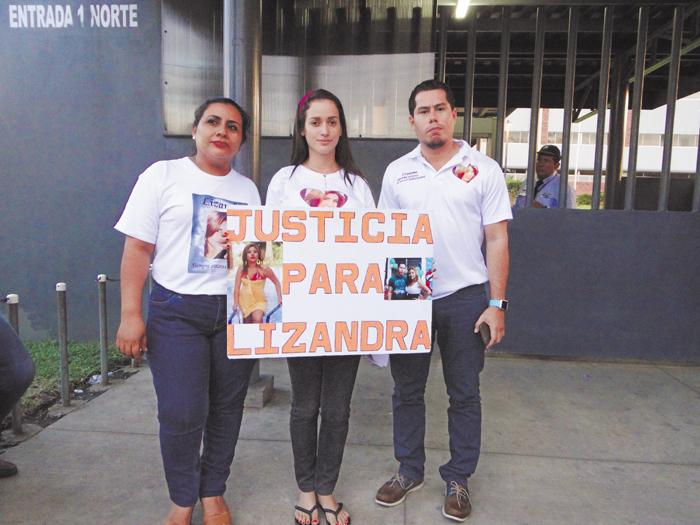 En las afueras del Complejo Judicial Central familiares y amistades de Lizandra Jarquín llegaron para respaldar a la familia de la víctima. LA PRENSA/M. ESQUIVEL