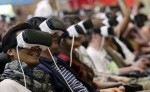 Varios visitantes se montan en una montaña rusa virtual mientras prueban unas gafas Samsung Gear VR en la convención de videojuegos Gamescom en Colonia, Alemania. LA PRENSA/EFE/Oliver Berg