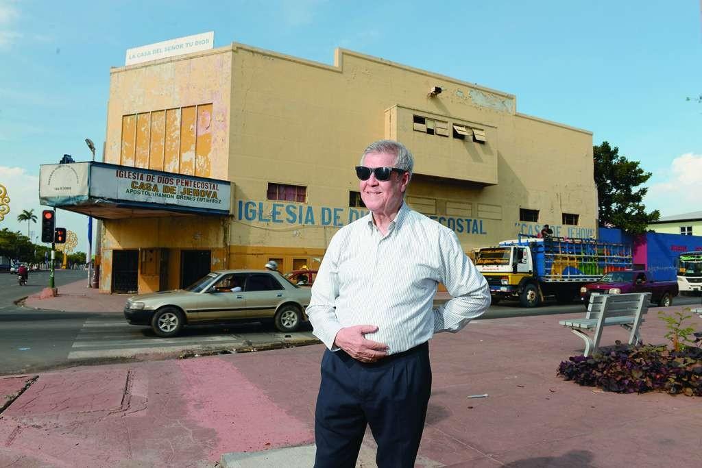 Foto de archivo donde aparece del ingeniero Bayardo Cuadra, frente al Cine Gonzalez. LA PRENSA/ U. MOLINA