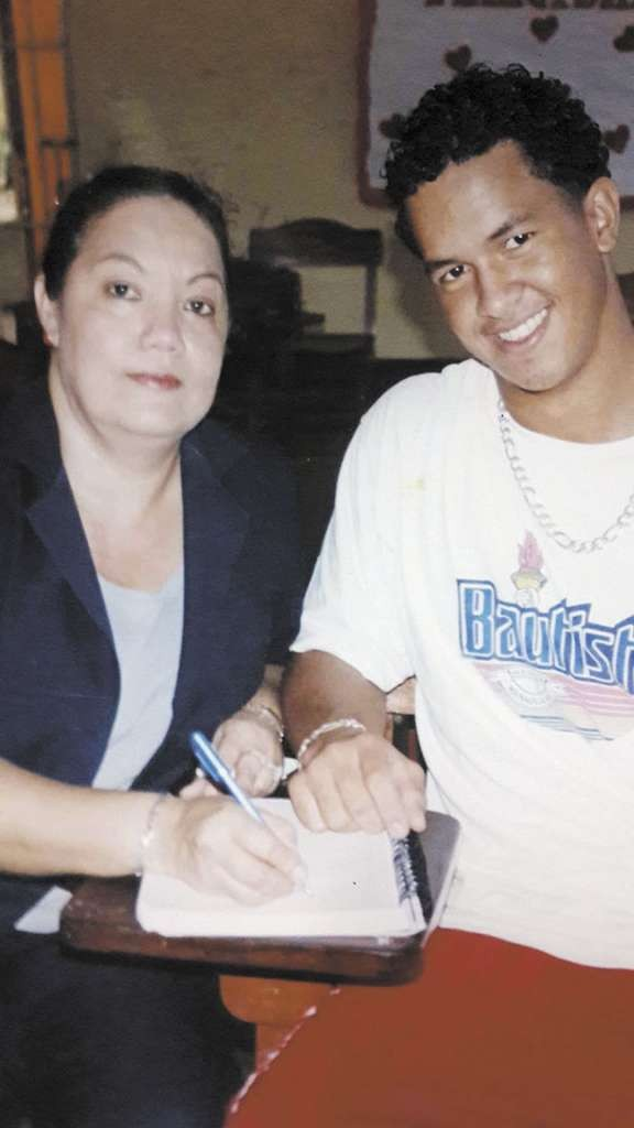 Cheslor Cuthbert junto a su profesora de matemáticas Margarita Arauz en el Colegio Bautista. LAPRENSA/Cortesía