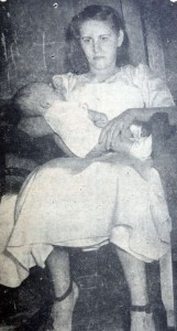 Blanquita Campuzano Sequeira cargando a su hijo y hermano, producto de la violación de su padre. LA PRENSA/Archivo.