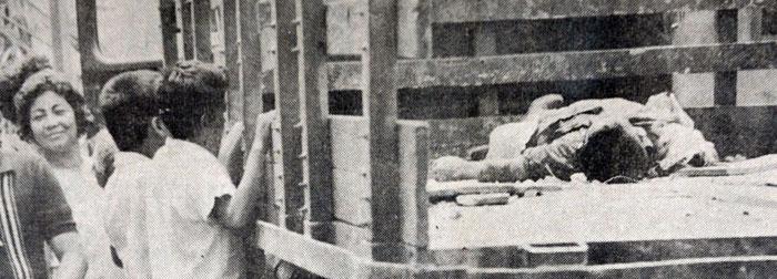 Pompilio yace muerto sobre un camión mientras la gente que pasa se alegra con la noticia. LA PRENSA/Archivo.
