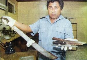 Un agente policial muestra las armas que usó Óscar René Espinoza en su triple asesinato. LA PRENSA/Archivo.