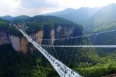 China inaugura puente de cristal más largo y alto del mundo