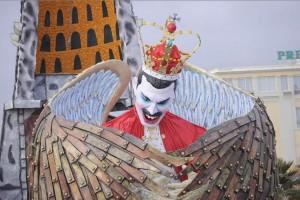 Una imagen en cartón piedra con alas que representa al fallecido cantante Freddie Mercury forma parte de una carroza titulada Figli di un Dio minoreo (Hijos de un dios menor) durante el desfile de carnaval de Viareggio, Toscana, Italia, el 16 de febrero de 2014.
