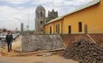 Según los trabajadores, la obra se realiza para evitar  que la gente  orine en los alrededores de la iglesia. LA PRENSA/E. LÓPEZ