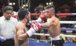 Félix Alvarado (derecha) en su última pelea ante Noé Medina. LAPRENSA/ JORGE TORRES