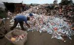 Los recicladores de base son los encargados de clasificar los materiales que se pueden reciclar, como plástico, aluminio y papel. LA PRENSA/ ARCHIVO