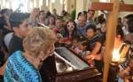 La feligresía de Masaya, llegó a darle el último adiós al padre Carlos Martínez en la iglesia San Sebastian de esta ciudad, en donde por mucho tiempo predicó la palabra de Dios. LA PRENSA/NOEL AMILCAR GALLEGOS