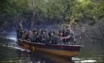 Un grupo de guerrilleros de las Fuerzas Armadas Revolucionarias de Colombia (FARC) navega por río hacia uno de los campamentos del grupo armado en la selva colombiana. LA PRENSA/AP