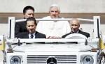 el papa Benedicto XVI (c) junto a mayordomo Paolo Gabriele (i) durante un acto en la plaza de San Pedro del Vaticano . EFE/Ettore Ferrari