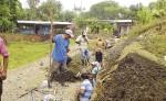 Los beneficiarios del proyecto de agua apoyaron  las excavaciones  donde se instalaron los tubos en la red de distribución de agua en cuatro barrios de Siuna. LA PRENSA/J. GARTH.