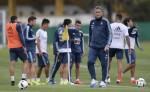 Edgardo Bauza  tuvo su primer entrenamiento como DT de Argentina. LA PRENSA/AFP / JUAN MABROMATA