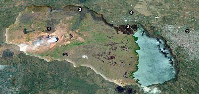 Fotografía satelital de la caldera volcánica de Masaya / 1: la colada de lava de 1670, del cráter Nindirí, dejó marcas que serán visibles por varios siglos más. 2: marca de la colada de lava de 1772, que salió de las laderas del cráter San Fernando. 3: el derramamiento de lava de 1772 se bifurcó en el punto dos y aquí se observa cómo parte de la lava alcanzó la laguna de Masaya. 4: pueblo de Nindirí. 5: Ciudad de Masaya.