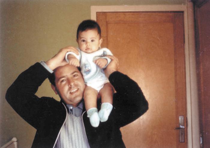 Enrique Peña Nieto siendo cargado por su padre, Guillermo Enrique Peña. Foto tomada de su página oficial de facebook