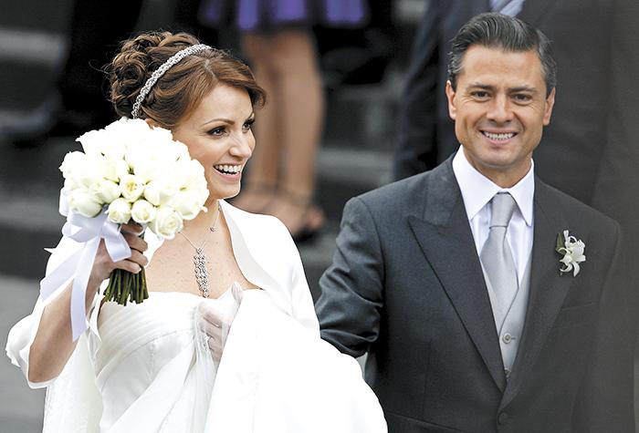 Enrique Peña Nieto junto a su esposa la actriz de telenovelas Angélica Rivera, durante su boda en la catedral de Toluca. LAPRENSA/Archivo