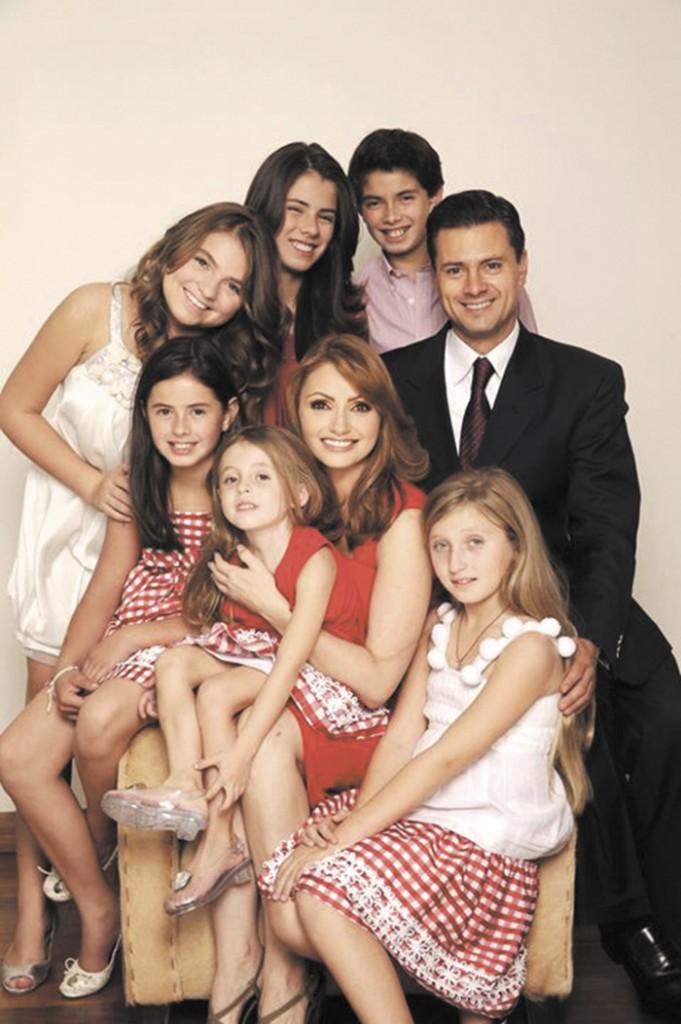 Enrique Peña Nieto junto a su esposa Angélica Rivera y los hijos de ambos. Foto tomada de su página oficial.