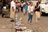 """Cochinos"" no pagan multa por tirar basura"