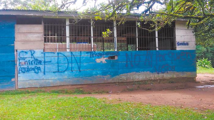 Otro de los mensajes dejados por los armados en la escuela de la comarca La Rampla, en Tignitara, jurisdicción de Siuna. LA PRENSA/J. GARTH