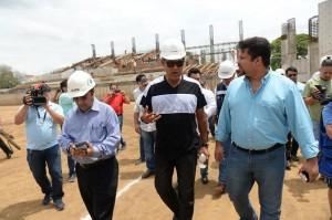 Denis Martínez, flanqueado por Enrique Armas, Vicealcalde de Managua y Fidel Moreno, secretario general de la Alcaldía. LA PRENSA/MAYNOR VALENZUELA