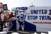 Activistas plantan y derriban muro de Trump en Alemania