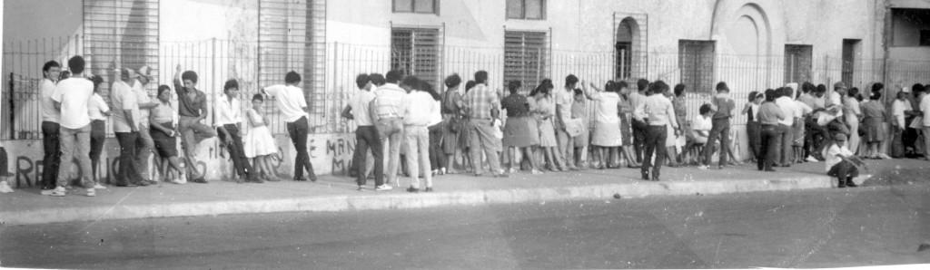 Fila de chinandeganos, para votar durante las elecciones presidenciales, donde resulto ganadora Doña Violeta, marzo 1990. LA PRENSA/Archivo