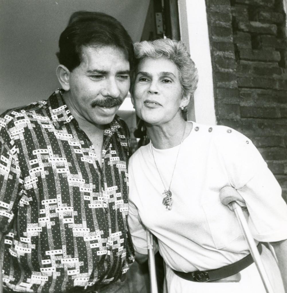 Daniel Ortega durante una visita a doña Violeta Barrios de Chamorro en abril de 1990. LAPRENSA/Archivo