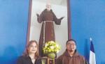 Fray Yader Salmerón, párroco  de Monte Tabor, y Gisela de Mendoza, colaboradora de la parroquia.  LA PRENSA/ E. CHAMORRO