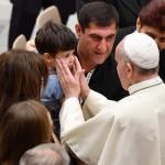 Francisco durante la audiencia con los familiares de las víctimas de ataques terroristas en Niza en el aula Pablo VI en el Vaticano. LA PRENSA/EFE