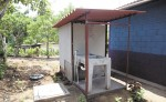 Las unidades sanitarias de Hábitat Nicaragua  cuentan con baño, un inodoro y un lavandero de concreto.  LA PRENSA/ R. FONSECA