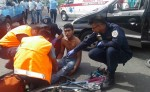 El ciclista Josué Fernando Sánchez fue impactado  por el conductor de un taxi. Fue llevado al hospital. LA PRENSA/S. MARTÍNEZ
