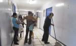 En el Hospital Manolo Morales, el personal de limpieza prioriza el aseo de los pasillos. Los baños están sucios y despiden un hedor nauseabundo. A pesar de eso, los pacientes —incluso los recién operados— deben bañarse en estos. LA PRENSA/ J. CASTILLO