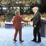 El candidato republicano Donald Trump  y su rival demócrata Hillary Clinton, se saludan tras su primer debate presidencial.  LA PRENSA/EFE