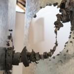 Noel Omar Saavedra  muestra su escultura con imanes en X Bienal de Arte en Costa Rica