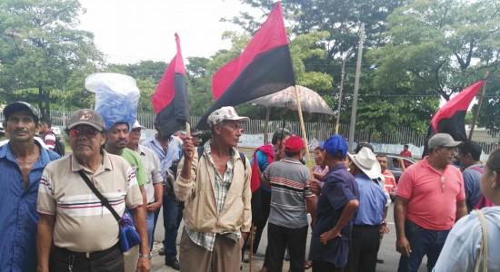 Ex trabajadores cañeros protestan en Asamblea