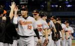 Los Orioles celebran su victoria ante los Azulejos, a quienes alcanzaron en la lucha por los comodines.  LA PRENSA/AP