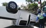 Así quedó la camioneta que se estrelló contra un árbol en Carretera Norte. LA PRENSA/C. VALLE