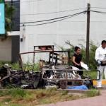 Peritos forenses reúnen información hoy, viernes 30 de septiembre de 2016, junto a un vehículo quemado durante una emboscada a un convoy del Ejército mexicano, en la ciudad mexicana de Culiacán, perpetrada por los hijos del capo Joaquín