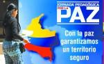 """Una ciudadana colombiana pasa frente a una pancarta que invita a una jornada pedagógica por la paz en Cali. El acuerdo fue sellado el lunes en una solemne ceremonia en Cartagena, en la que el jefe rebelde, Rodrigo Londoño, alias """"Timochenko"""", pidió perdón a las víctimas.  LA PRENSA/EFE"""