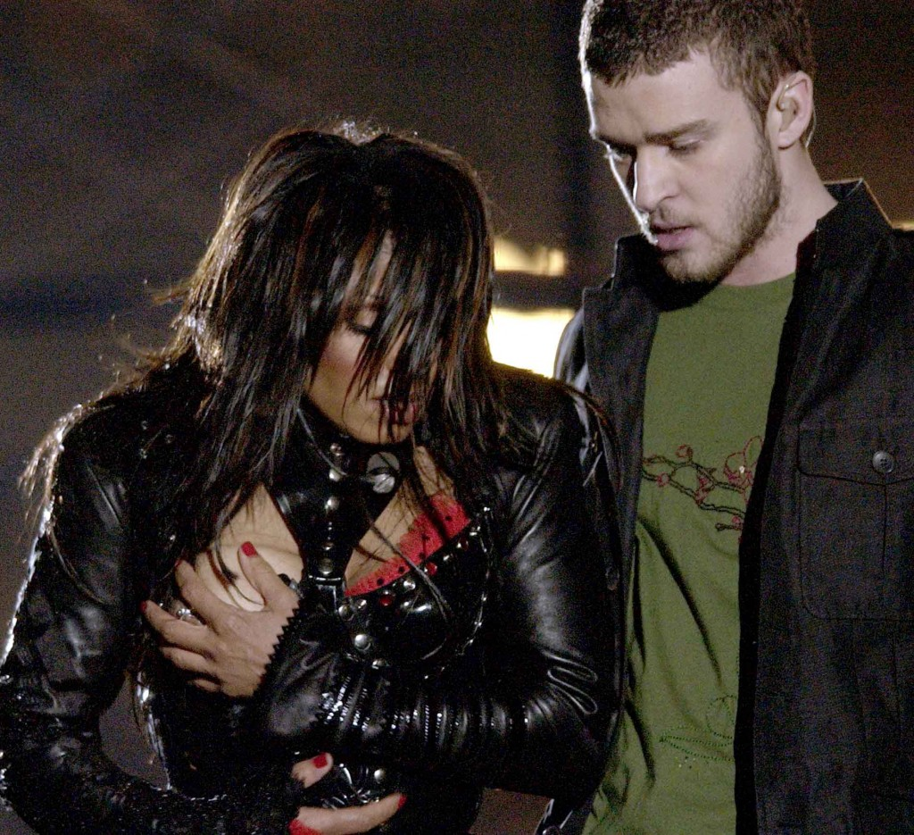 ( Foto de Archivo ) Entertainer Janet Jackson, left, covers her breast after her outfit came undone during the half time performance with Justin Timberlake at Super Bowl XXXVIII between the Carolina Panthers and New England Patriots in Houston, Sunday Feb. 1, 2004. (AP Photo/David Phillip)