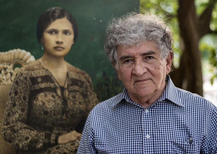 Américo González junto a su fotomontaje de la madre de Tomás Borge. LA PRENSA/Oscar Navarrete