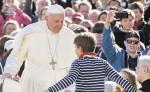 El papa Francisco saluda a un niño  a su llegada a la Plaza San Pedro, donde recibió a peregrinos en su audiencia de los miércoles. LA PRENSA/EFE