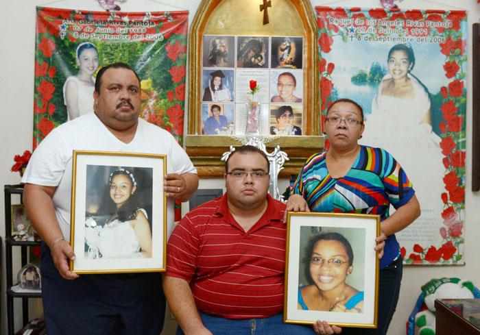 La familia Rivas-Pantoja posa junto a su hijo Mario José y los cuadros de sus hijas fallecidas. Detrás puede verse el altar que tienen en el salón de su hogar, mismo que adorna la tumba de las hijas.