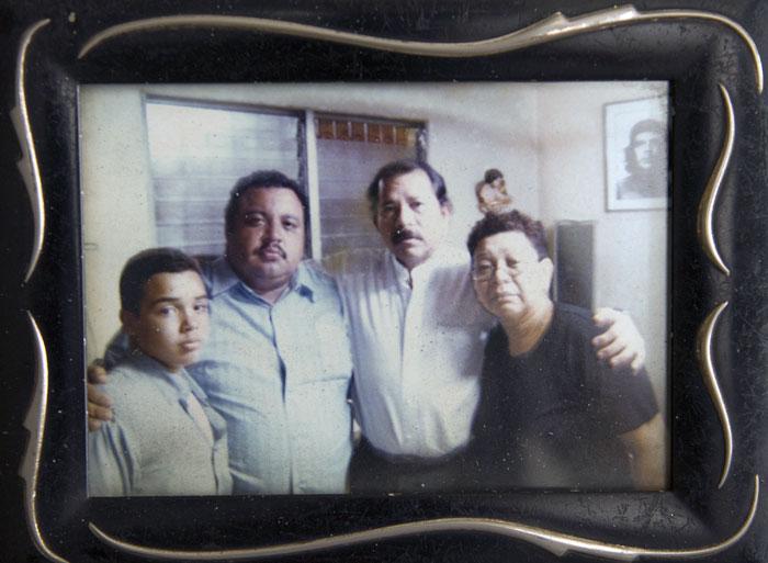 Entonces candidato a presidente de la República, Daniel Ortega aseguró a la familia Rivas-Pantoja la reconstrucción de su casa después del incendio que la devoró. LA PRENSA/Cortesía.